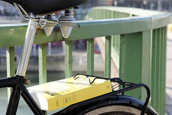 Fahrrad, am Gepäckträger eingeklemmt ein Kodex Steuergesetze